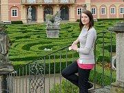 PRŮVODKYNĚ Jitka Krejčová na nádvoří dobříšského zámku.