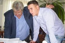 Josef Řihák sleduje se synem volební výsledky