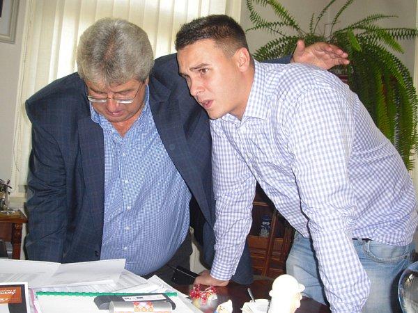 Josef Řihák sleduje volební výsledky