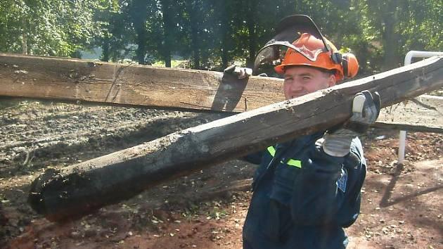 Dobrovolní hasiči při práci v severočeské Chrastavě.