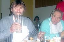 Vítěz roku 2007 Kamil Hamerský (vlevo) se svým otcem při pojídání krkovice.
