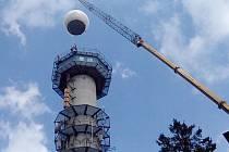 NA SNÍMKU je instalace nové kopule na meteoradaru v Brdech letos na jaře.
