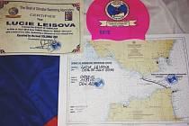 Zdolání Gibraltarského průlivu budou Lucii Leišové připomínat certifikáty i čepice.