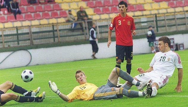 V prvním příbramském zápase EURO 19 na stadionu U Litavky překvapivě zdolali Maďaři úřadující mistry Evropy ze Španělska 1:0. Maďarský útočník Oliver Nagy (vpravo v bílém) využil chyby španělské obrany a takto poslal míč do  sítě soupeře.