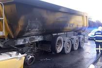 Požár kamionu, který vezl písek ze 27. listopadu 2019.