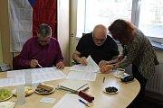 Ve Staré Huti čekali voliči na otevření volební místnosti už dlouho před jejím otevřením.