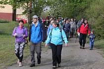 Několik desítek malých i velkých milovníků železnice a chůze vyrazilo po bývalé trase železniční vlečky, která vedla z Tochovic k Orlické přehradě.