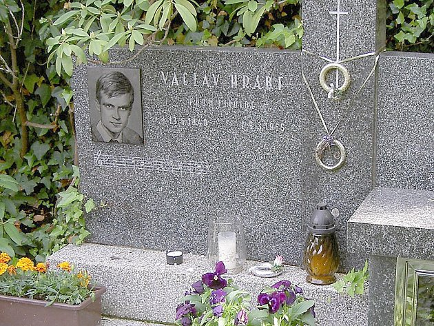Hrob Václava Hraběte v Lochovicích.