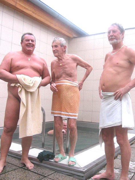 Pravidelní návštěvníci příbramské sauny Josef, Vojtěch a Václav
