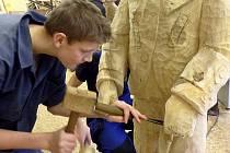 Postavy v životní velikosti z jesliček na náměstí TGM v Příbrami vznikaly v dílně příbramské waldorfské školy. Kromě toho, že jako takové jsou symbolem Vánoc, mají připomínat tradici betlémářství pod Svatou Horou.