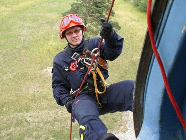 Příbramští dobrovolní hasiči cvičili na vrtulníkovém trenažeru.