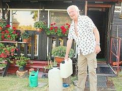 Když je nejhůř, chodí Anatol Pšenička pro vodu k místní studánce.