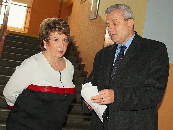 Ředitelka Gymnázia Příbram Iva Kadeřábková sKarlem Kühnlem, zmocněncem pro krajanské aktivity.