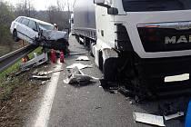Dopravní nehoda nákladního a osobního automobilu na silnici I/4 u rybníku Cunát v katastru obce Zbenice.