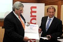Starosta Příbrami Josef Řihák přebírá dílčí cenu za nejlepší přístup veřejné správy k podnikatelům v rámci nezávislého výzkumu Město pro byznys 2011.