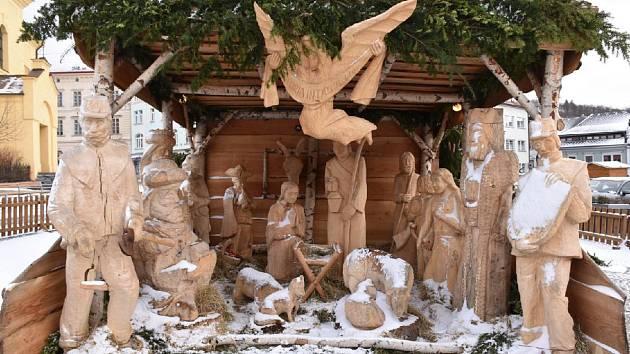 Ježíška si koncem roku z dřevěných jesliček na náměstí TGM chtěla odnést trojice posilněná alkoholem.