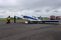 Nouzové přistání malého letadla na letišti Dlouhá Lhota u Příbrami