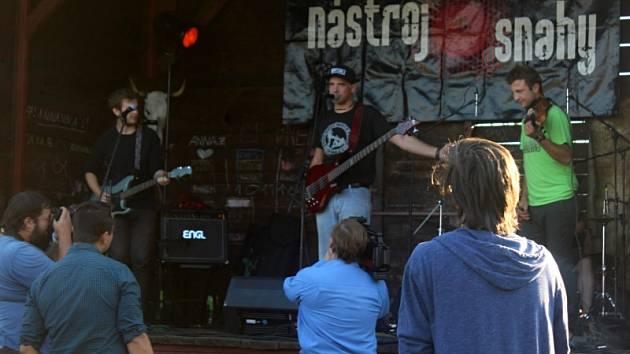 Po roce na K-farmě v Žežicích zahráli punkoví Nástroj snahy a jejich hosté.