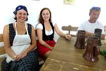 V  CHLUMECKÉ  krčmě, kde se ale pivo nečepovalo, vyzývaly k posezení dvě usměvavé šenkýřky.