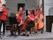 Z koncertu žáků All Hallows Catholic School na zámku v Březnici.