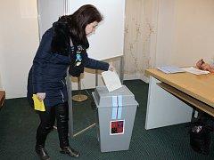 Druhé kolo prezidentských voleb v Novém Kníne probíhá poklidně. K 11 hodině mají obě volební místnosti zaznamenanou volební účast přes 60 procent voličů.