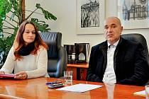 Místostarostka Alena Ženíšková se starostou Jindřichem Vařekou na tiskové konferenci.