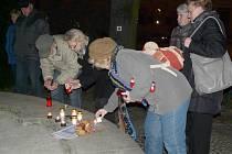 LIDÉ po příchodu na náměstí přicházeli a zapalovali svíčky.