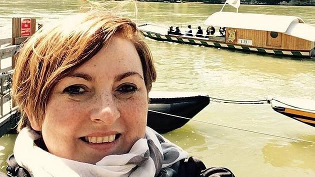 Cestovatelka Hana Machalová u řeky Rýn.