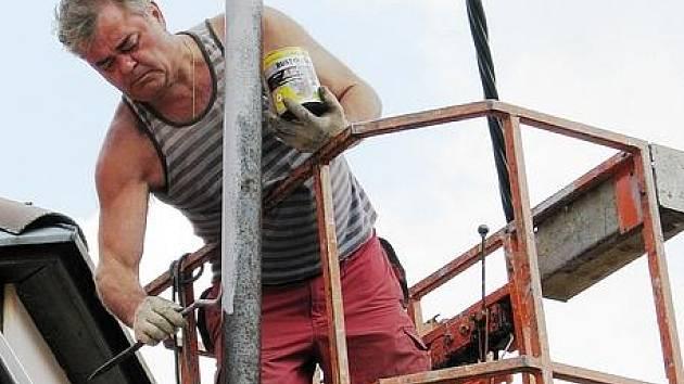 Elektrické vedení v Mariánské ulici v těchto dnech řemeslníci opravují.