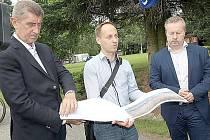 Zleva ministr financí Andrej Babiš, architekt Příbrami Jaroslav Malý a ministr životního prostředí Richard Brabec na Nováku.