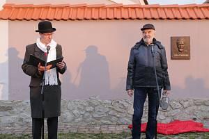 Z odhalení pamětní desky největšímu českému géniovi a vynálezci Járovi Cimrmanovi na domě čp. 12 v Dělnické ulici ve Staré Huti.