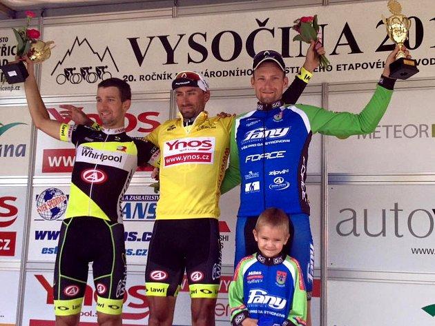 Martin Boubal (vpravo) na stupních vítězů po etapovém závodě Vysočina Tour 2016.