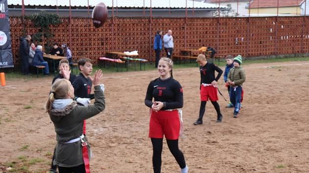Bezkontaktní verzi amerického fotbalu si v sobotu odpoledne vyzkoušely příbramské děti s hráči týmu Bobcats Příbram.