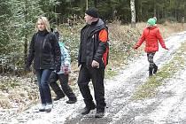 Turisté se vracejí z Třemšína.