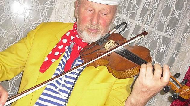 MUZIKANT tělem i duší Karel Eliáš při hraní s Cirkusem Hulata. Oslava jeho sedmdesátin zítra v Žežicích jistě přiláká spoustu přátel, kteří si rádi posedí při pohodové hudbě.