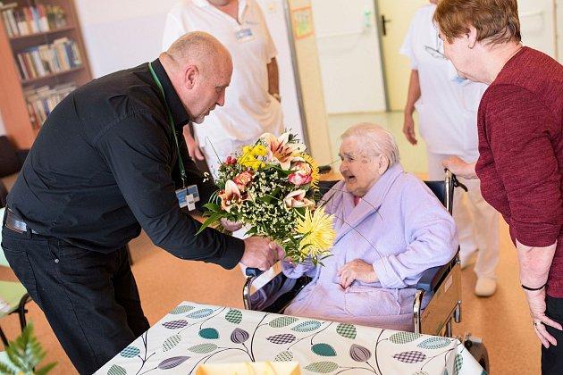 Oslava 104.narozenin paní Marie vpříbramském léčebně dlouhodobě nemocných. Mezi gratulanty se připojil iředitel Oblastní nemocnice vPříbrami Stanislav Holobrada.