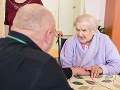 Oslava 104. narozenin paní Marie v příbramském léčebně dlouhodobě nemocných. Mezi gratulanty se připojil i ředitel Oblastní nemocnice v Příbrami Stanislav Holobrada.