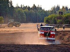 Hasiči likvidovali požár louky a pole u Vševil.
