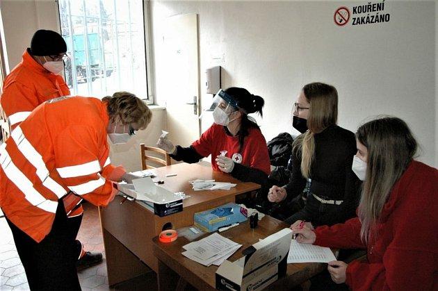 Vpondělí 15.března testovali vyškolení dobrovolníci Českého červeného kříže antigenními testy zaměstnance Technických služeb města Příbram.