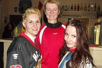 Helena Suková (uprostřed) s kamarádkami z ledního hokeje.