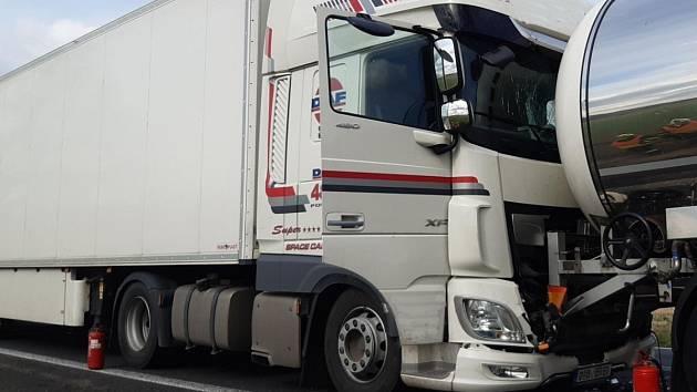 Dopravní nehoda dvou kamionů na silnici I/4 poblíž osady Vrančice-Životice jižně od Milína.