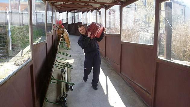 Dobrovolní hasiči pomáhají školkám při úklidu kvůli azbestu.