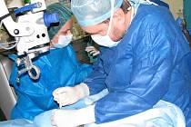 Operace oka v příbramské nemocnici.