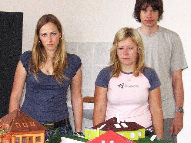 Studenti SPŠ Příbram s modely domů