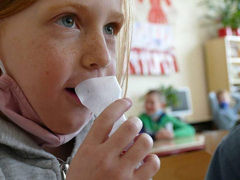 Ze zkušebního testování žáků prvních a druhých tříd na koronavirus na základní škole Propojení v Sedlčanech.