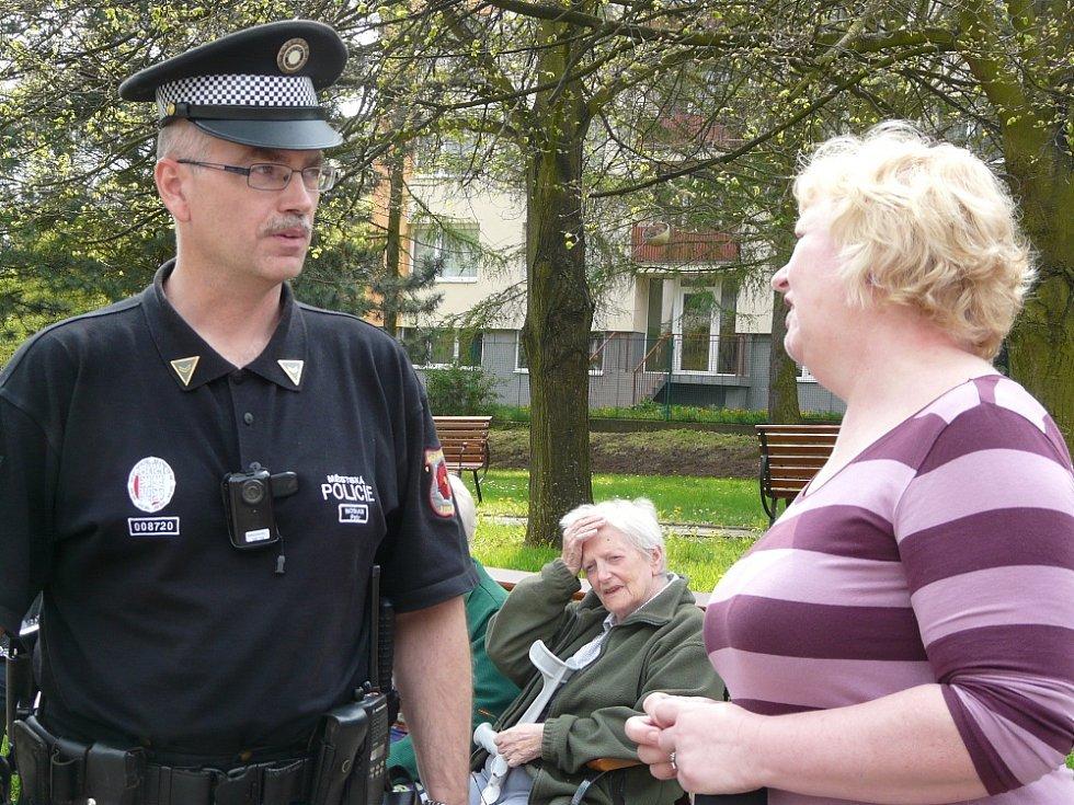 STRÁŽNÍK městské policie Petr Nosian upozorňoval seniory na to, jak se mají bezpečně pohybovat ve městě jako chodci a případně jako řidiči skútru. Na snímku je zachycen s ředitelkou Jaroslavou Kocíkovou.