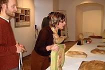 Příprava výstavy v příbramské Galerii Františka Drtikola