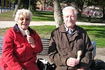 Josef Sýkora z Příbrami s přítelkyní Jiřinkou si vzhled náměstí pochvalují.