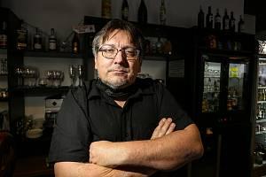 V restauraci Malý Janek v Jincích. Na snímku majitel podniku Jiří Janeček.