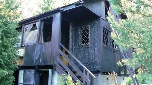 Neznámý žhář způsobil majiteli chaty škodu za půl milionu korun.